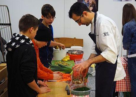 Jugendliche helfen Andri Casanova beim Kochen