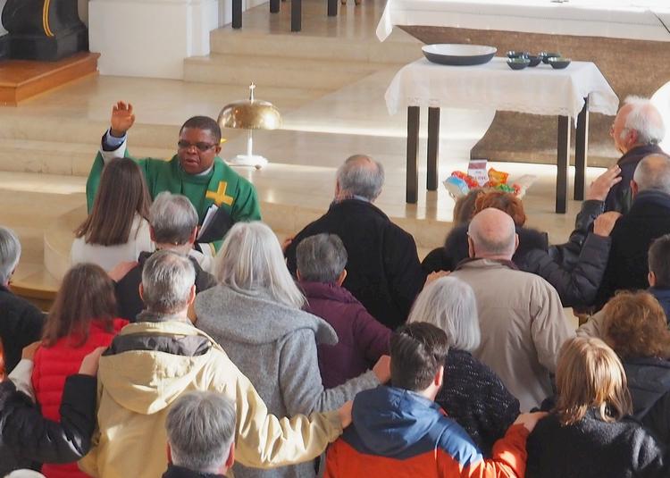 Pater Solomon segnet die Gemeinde bei seinem Abschiedsgottesdienst.