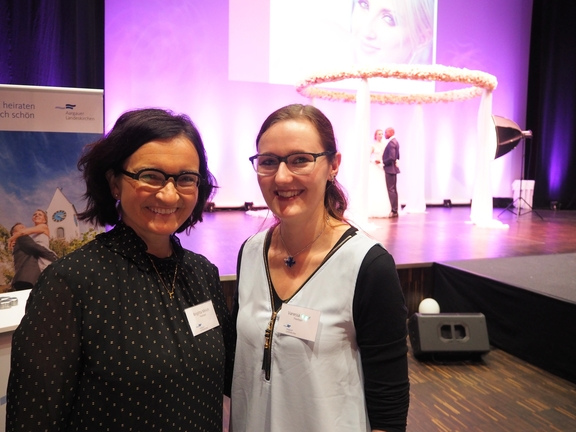 Am Stand der Hochzeitsmesse im Campussaal waren auch Brigitta Minich und Vanessa Furrer anzutreffen.