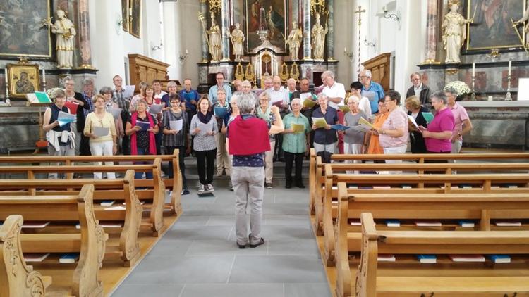 Der Chor singt in der Kirche Dietwil