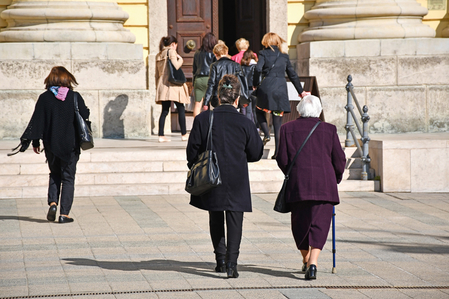 Kirchgängerinnen strömen in die Kirche