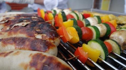 Wurst und Gemüse auf Grill