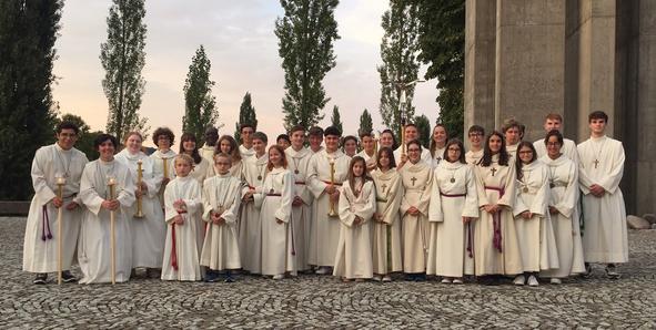 Die Ministranten des Pastoralraums auf dem Kirchplatz in Windisch