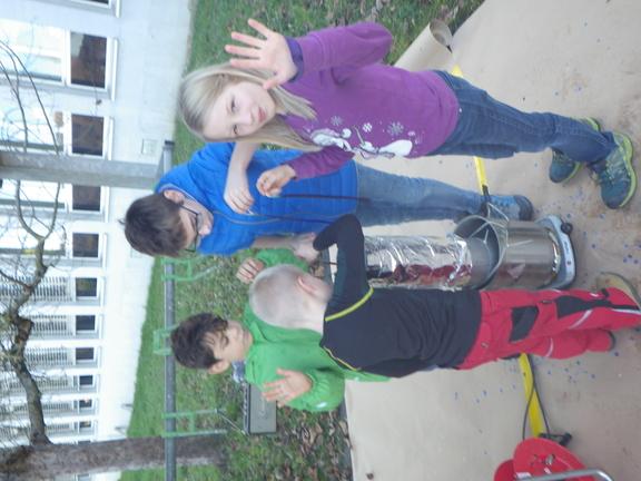 Kinder beim Kerzenziehen