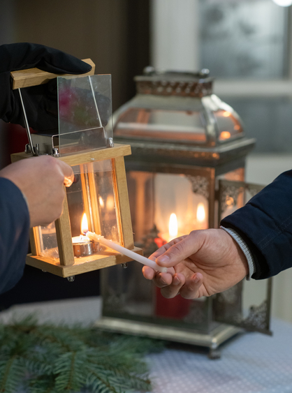 Kerze in Laterne wird entzündet.