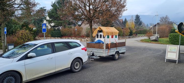 Schinznacher Adventshaus unterwegs auf einem Anhänger.