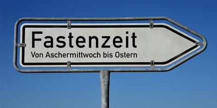 Schild mit der Aufschrift Fastenzeit, von Aschermittwoch bis Ostern