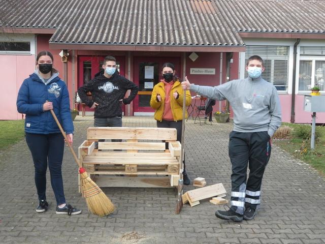 Vier Jugendliche stehen vor dem Paulushuus.