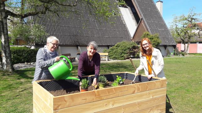 Sakristanin Irene Lehner, Katechetin Jadranka Strugar und Seelsorgerin Vanessa Furrer im Birrfeld sind bereit für die Pflanzaktion