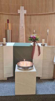 Fürbittschale mit brennenden Kerzen