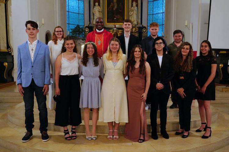 Gruppenbild mit den Firmbegleitern und Bischofsvikar Valentine Koledoye