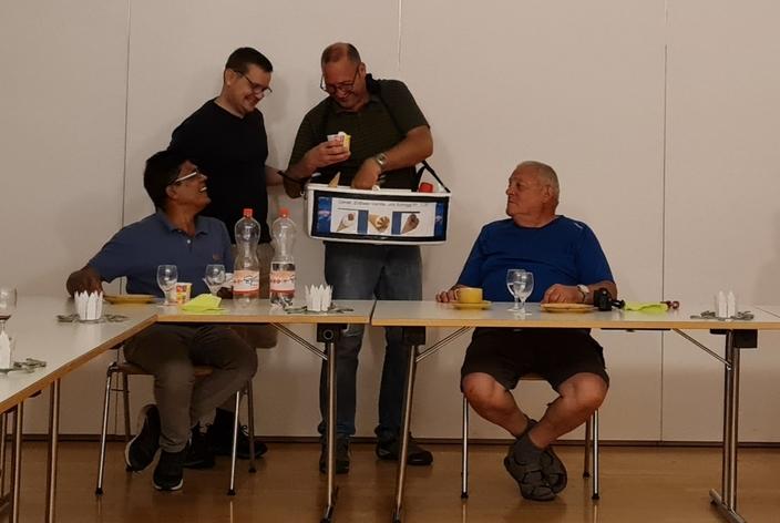 Mitglieder des Franziskus-Chores beim Dessert verteilen