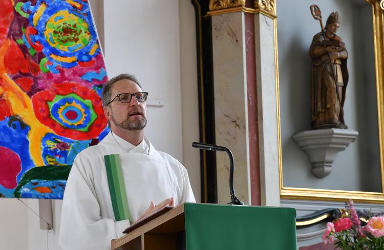 Simon Meier am Predigen anlässlich seiner Verabschiedung in Brugg.