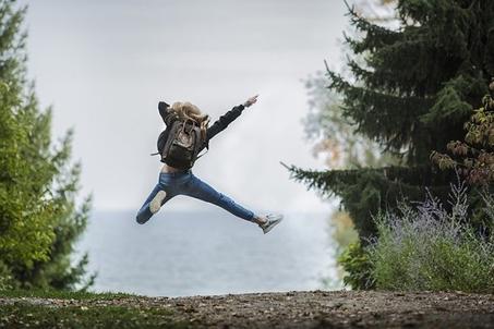 Eine Person macht einen Freuden-Luftsprung!