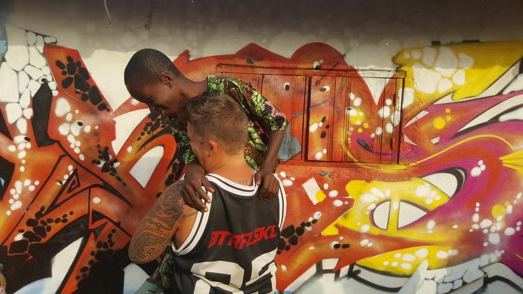 Raphael Fahrni, Graffiti-Künstler vor einem seiner Werke.