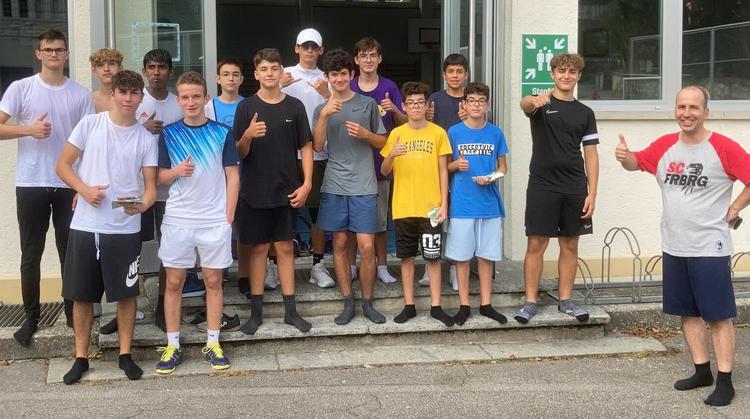 Die 14 Jungs am Anlass von 4Boys in der Hallwyler-Turnhalle.